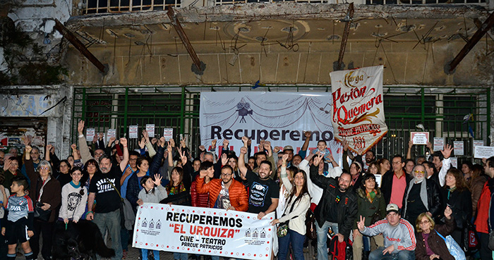 Se realizó un abrazo simbólico al Cine Teatro Urquiza para frenar su demolición